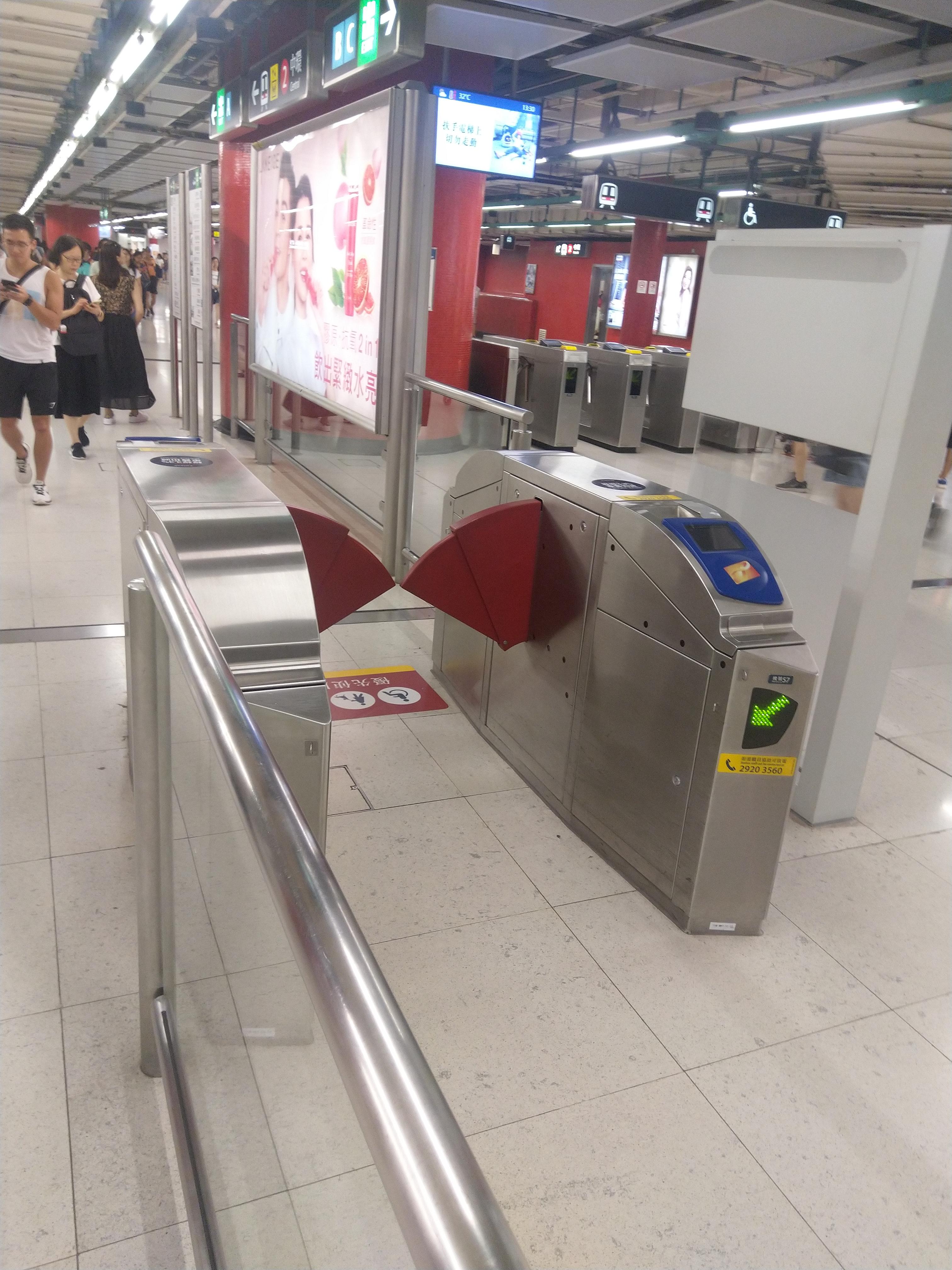 港铁荃湾站分散的闸机
